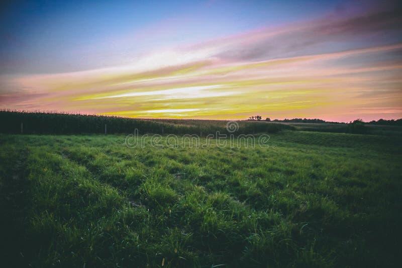 Una puesta del sol del verano de cercano oeste fotografía de archivo