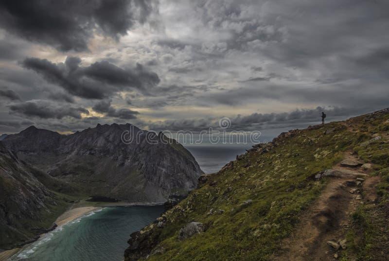 Una qué visión Colocándose en el borde, mirando abajo en los beaces, el Kvalvika y el Vestervika blancos hermosos foto de archivo