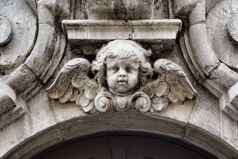 Una querube tallada en Brujas Bélgica fotografía de archivo