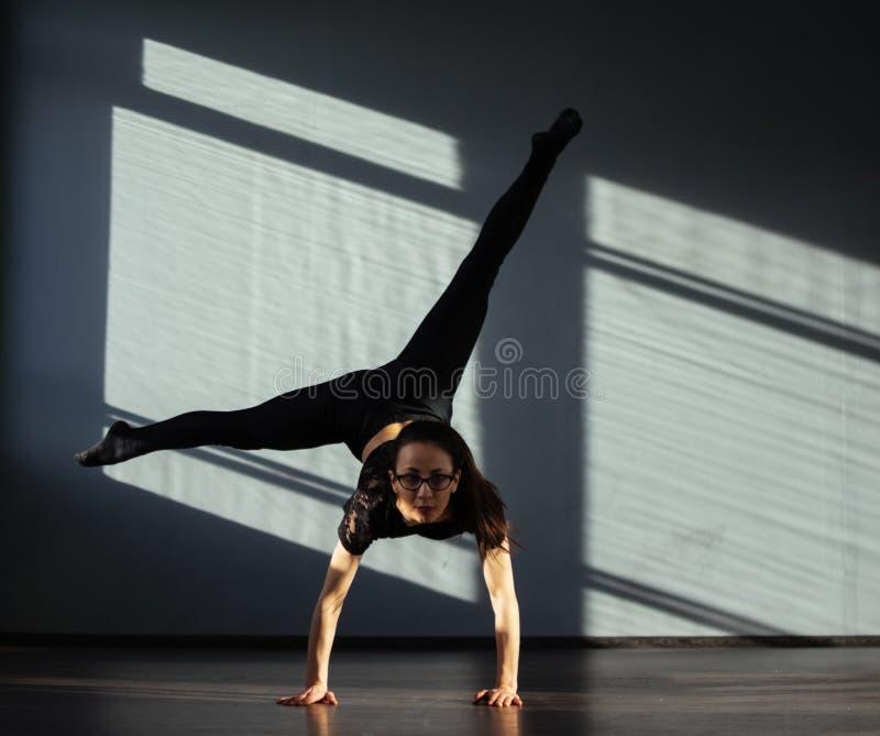 Una ragazza è impegnata nella danza moderna di jazz nel corridoio immagini stock