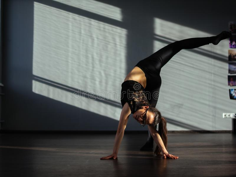Una ragazza è impegnata nella danza moderna di jazz nel corridoio fotografia stock libera da diritti