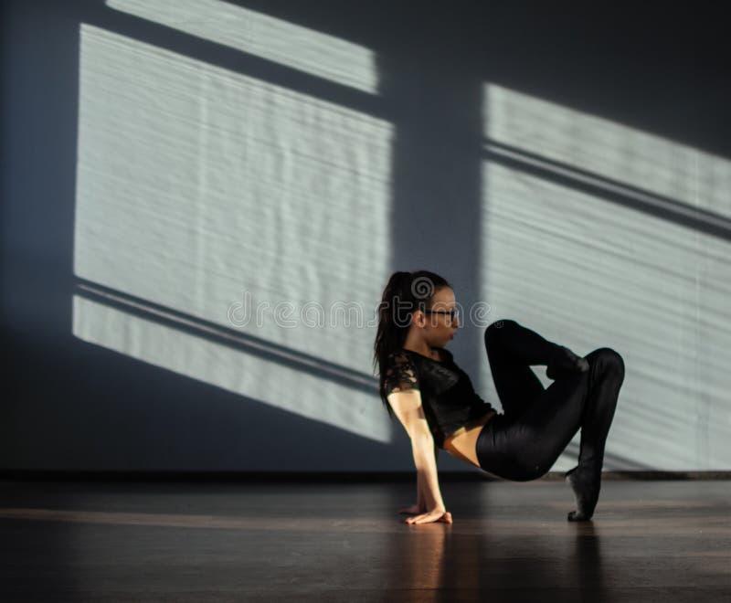 Una ragazza è impegnata nella danza moderna di jazz nel corridoio fotografie stock
