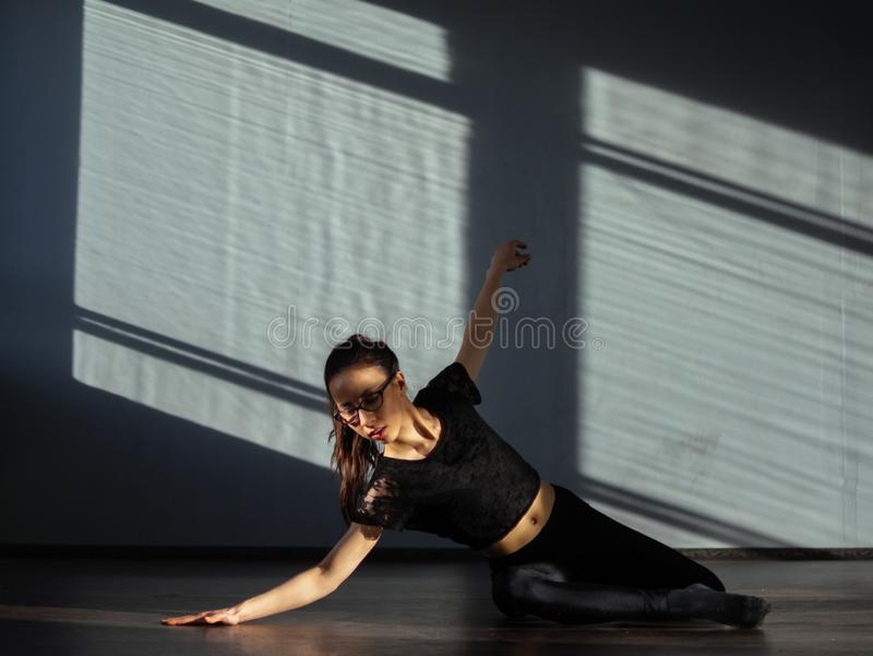 Una ragazza è impegnata nella danza moderna di jazz nel corridoio immagine stock