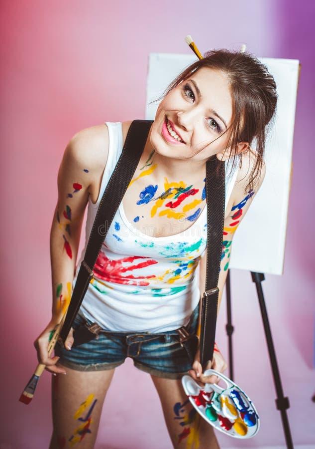 Una ragazza è macchiata con pittura immagini stock libere da diritti