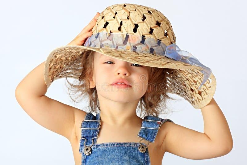 Una ragazza è in un cappello. immagine stock libera da diritti