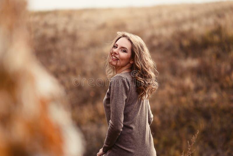 Una ragazza allegra con i suoi capelli in autunno fotografia stock libera da diritti