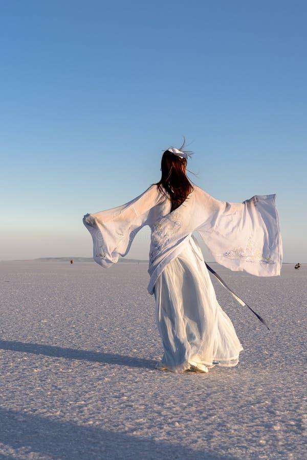 Una ragazza asiatica che balla a Salt Lake, Sereflikochisar, Turchia fotografia stock