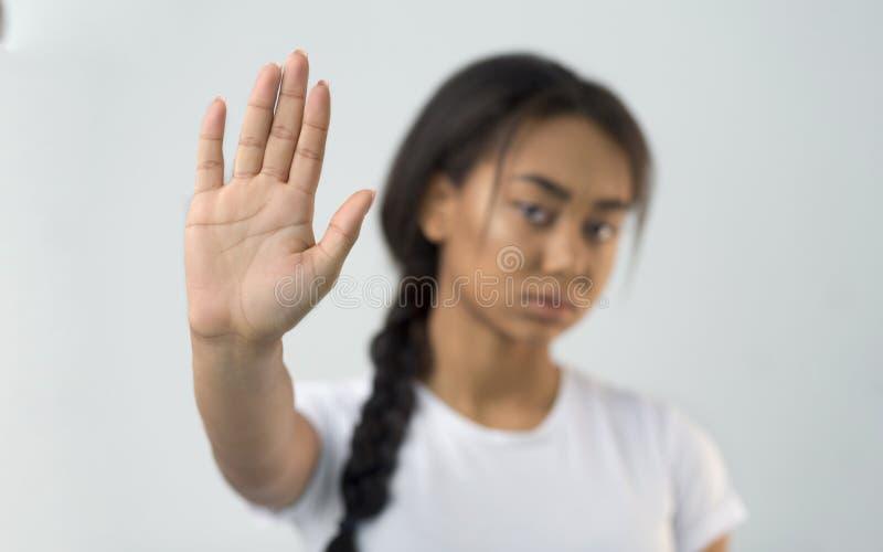 Una ragazza asiatica che fa un gesto di stop con il palmo della mano fotografia stock libera da diritti