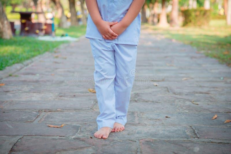 Una ragazza asiatica sveglia cammina nella pace e si rilassa nel padiglione del giardino al tempio o alla chiesa e porta un vesti fotografia stock