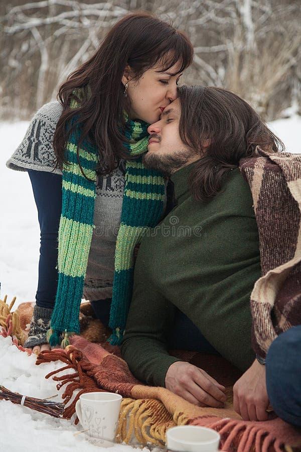 Una ragazza bacia un tipo fotografia stock