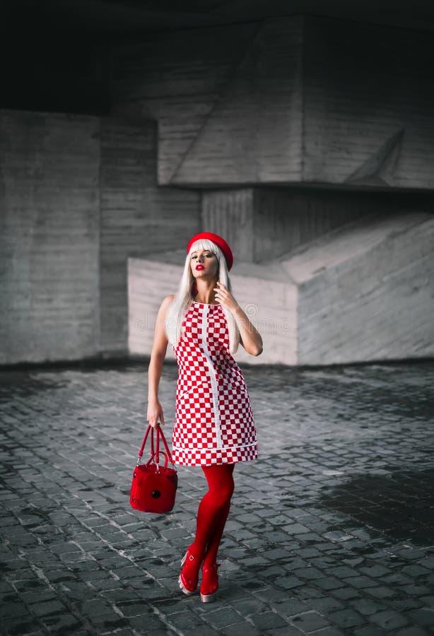 Una ragazza bionda in un vestito dal percalle immagine stock libera da diritti