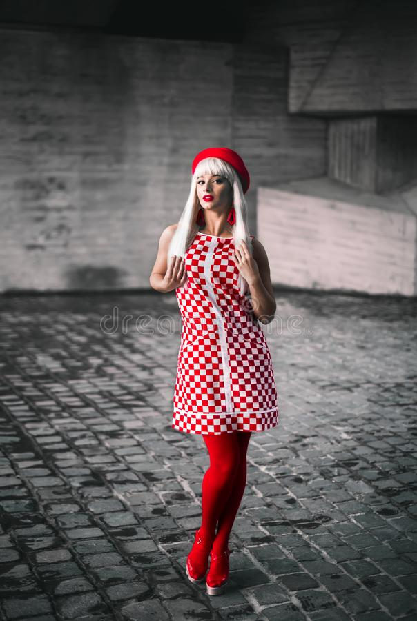 Una ragazza bionda in un vestito dal percalle fotografie stock libere da diritti