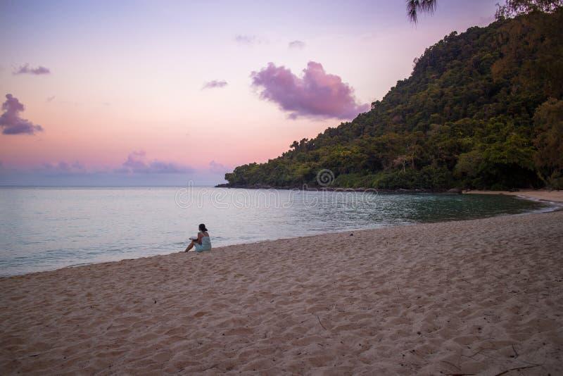 Una ragazza cambogiana sulla spiaggia su Koh Rong Sanloem Island fotografia stock
