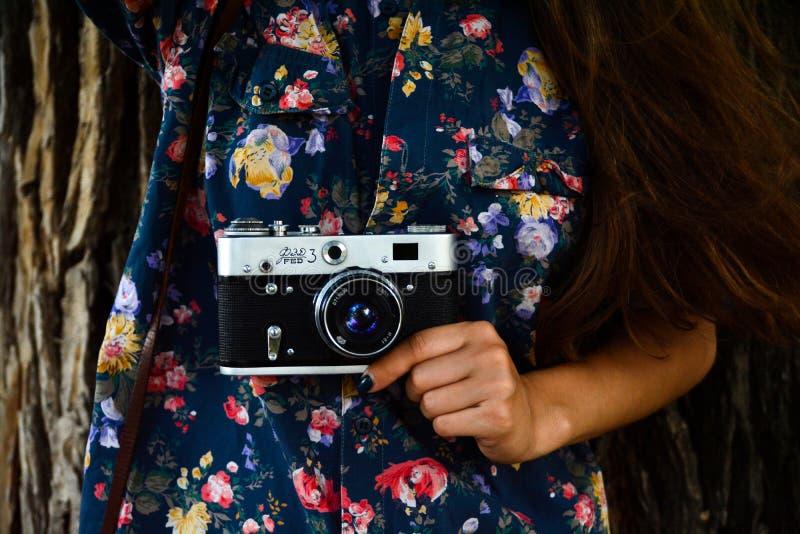 Una ragazza in una camicia Macchina fotografica immagini stock libere da diritti