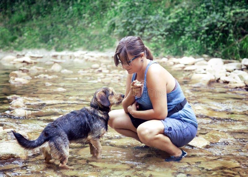 Una ragazza castana con il suo cucciolo fotografie stock