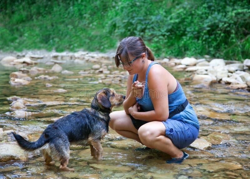 Una ragazza castana con il suo cucciolo fotografia stock libera da diritti