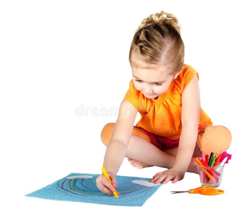 Una ragazza che colora un Rainbow isolato fotografia stock libera da diritti