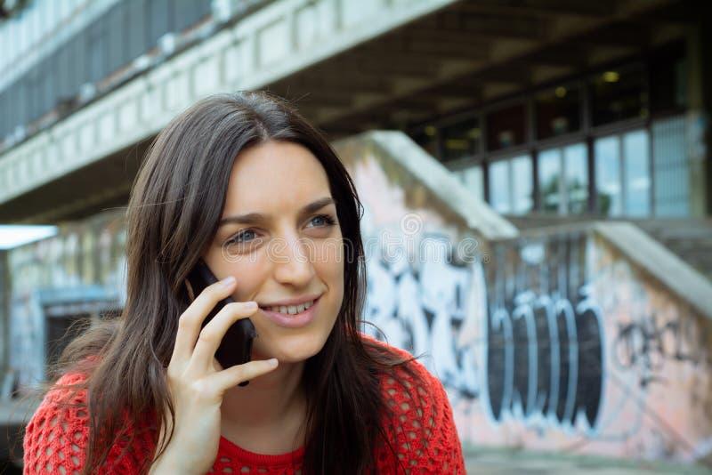 Una ragazza che parla al telefono cellulare fotografia stock libera da diritti