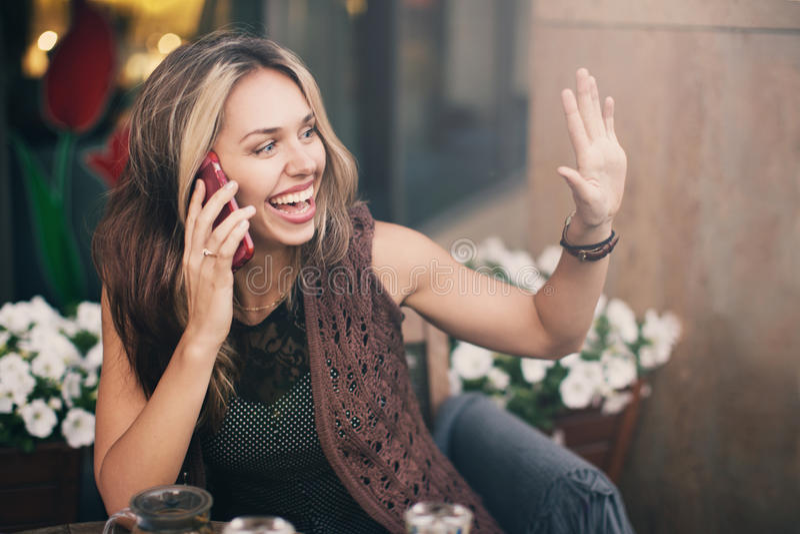 Una ragazza che parla sul telefono fotografie stock libere da diritti