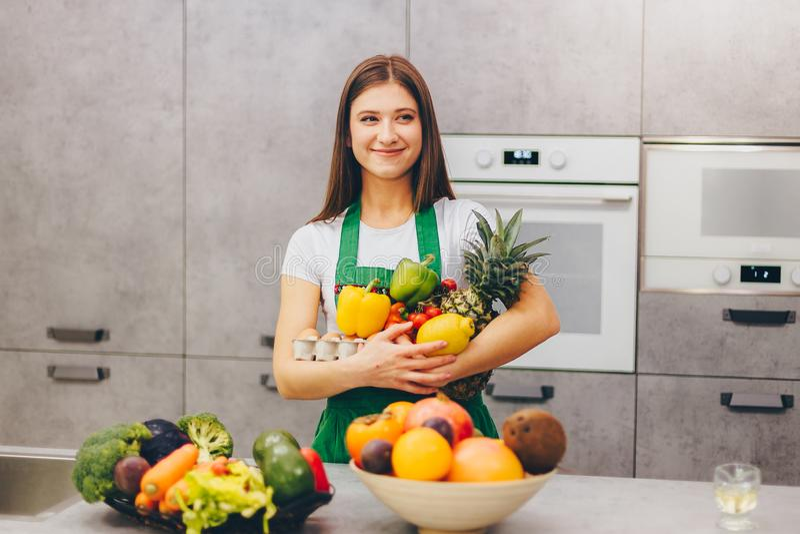 Una ragazza che sorride tenendo frutta e veg nutrienti immagini stock