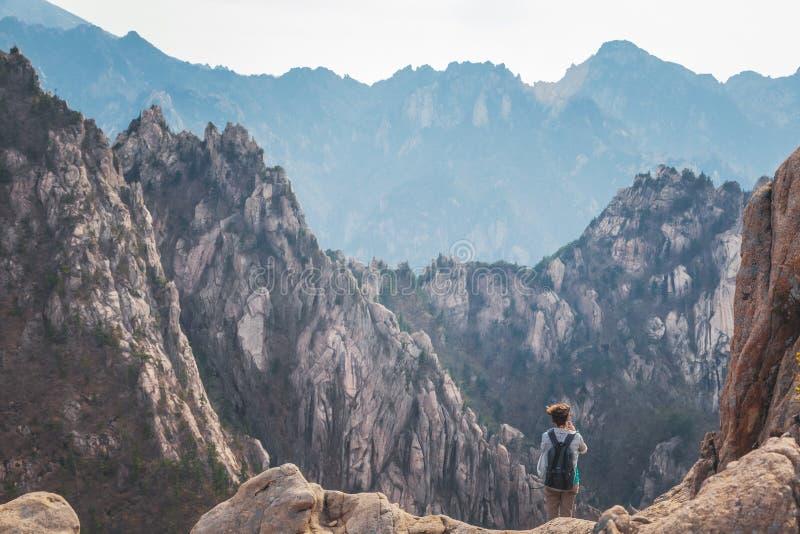 Una ragazza che viaggia in montagne di una gola del parco nazionale Corea del Sud, una destinazione popolare di Seoraksan per il  fotografia stock libera da diritti