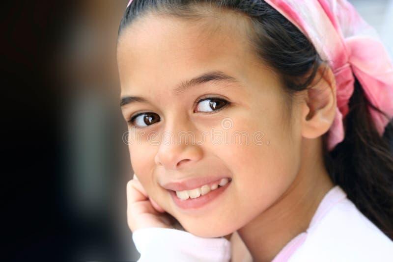 Una ragazza con gli occhi marroni ed il bandanna dentellare fotografie stock