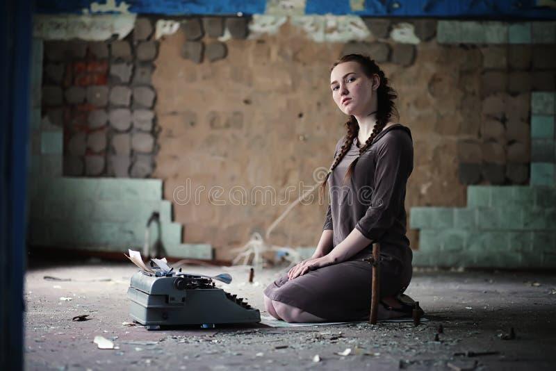 Una ragazza con i vecchi libri nella vecchia casa immagine stock libera da diritti