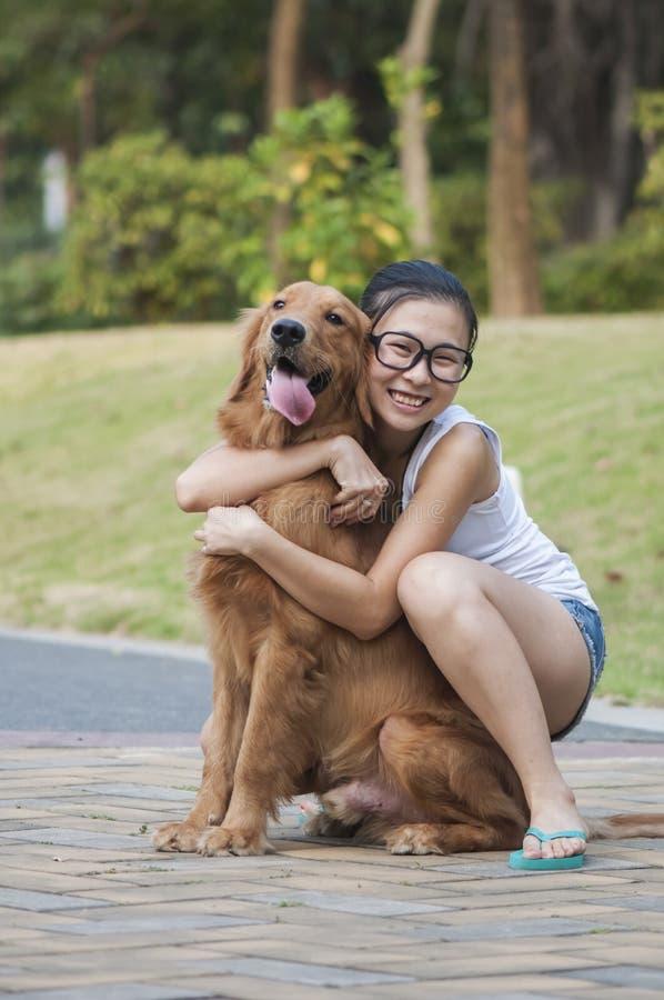 Una ragazza con il suo cane immagini stock