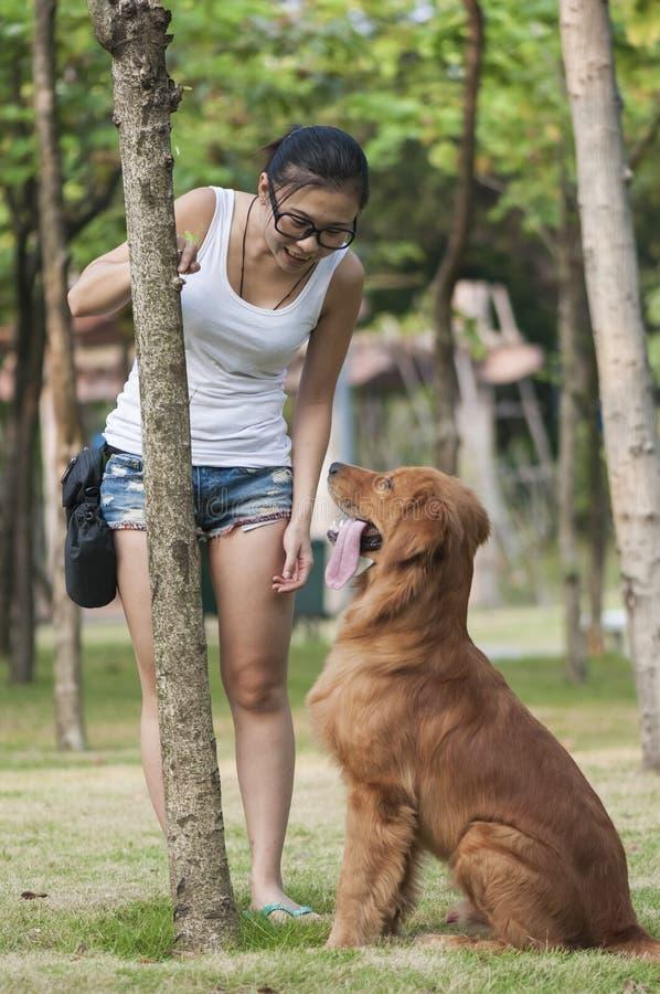 Una ragazza con il suo cane fotografia stock