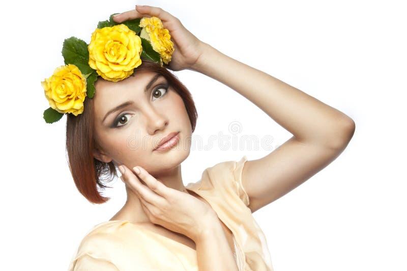 Una ragazza con la corona delle rose fotografie stock libere da diritti