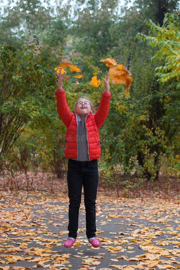 Una ragazza con lo speciale deve saltare su un fondo della foresta di autunno fotografia stock