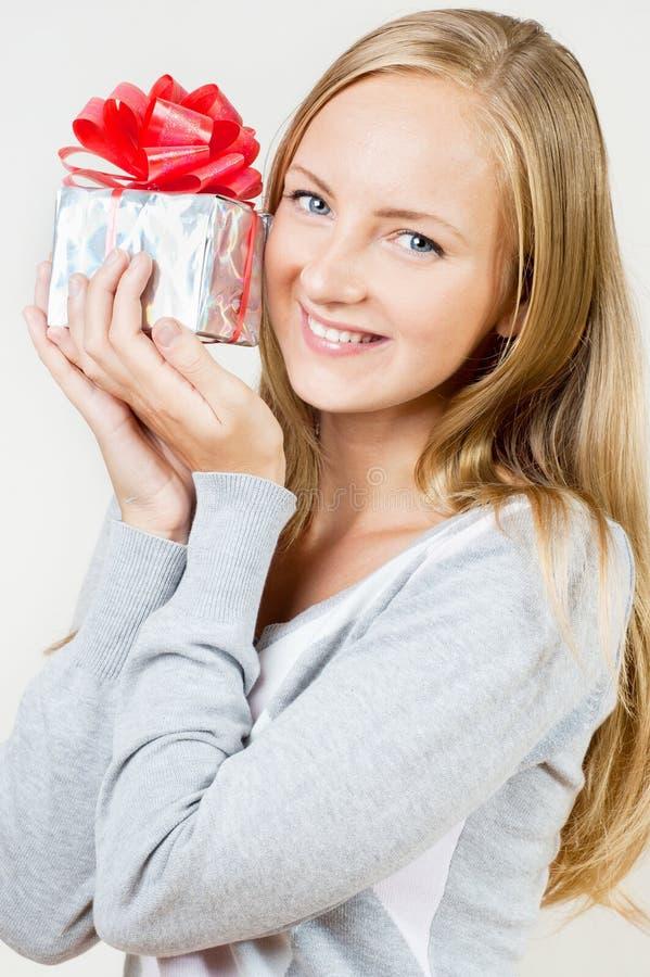 Una ragazza con un regalo fotografia stock