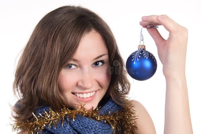 Una ragazza con una sfera di natale fotografia stock