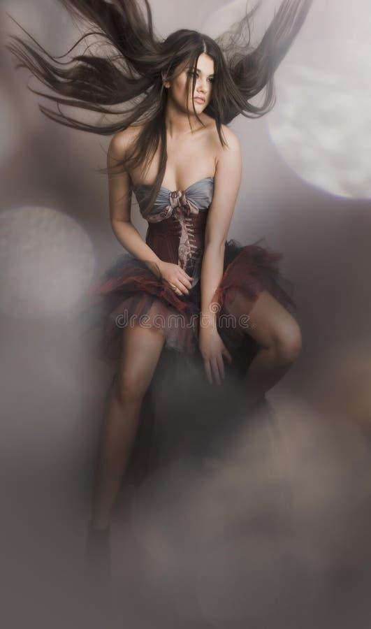 Una ragazza in a corsetto-come la strega di volo fotografia stock libera da diritti