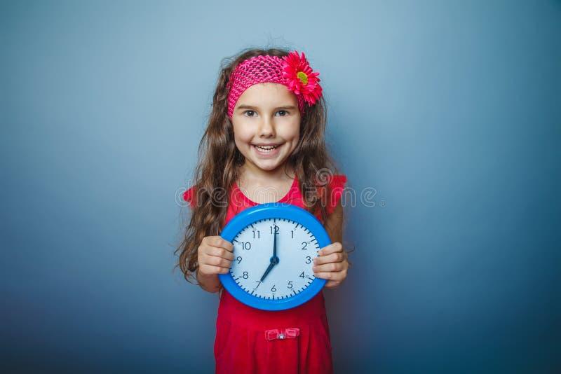 Una ragazza del bambino dai capelli di aspetto di sette europei fotografia stock libera da diritti