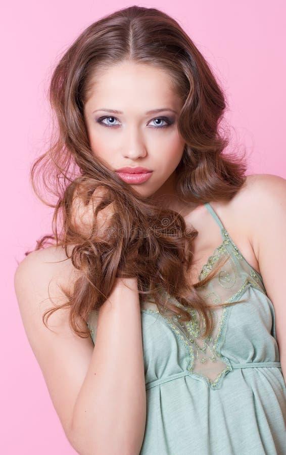 Una ragazza dell'adolescente con riccio lungo fotografia stock