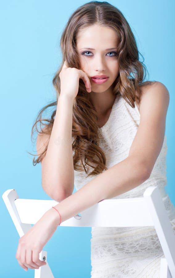 Una ragazza dell'adolescente in vestito bianco immagini stock libere da diritti
