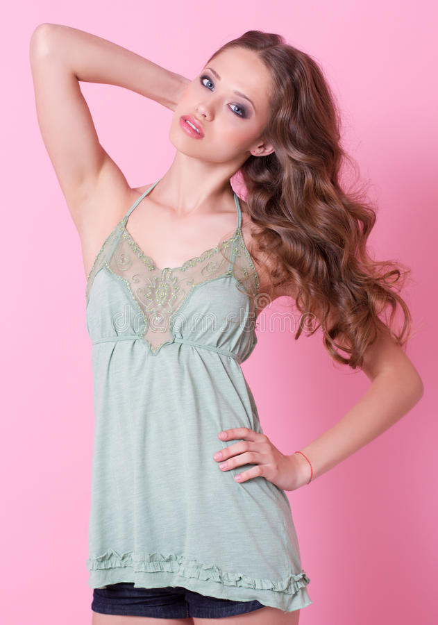 Una ragazza dell'adolescente in vestito verde fotografia stock libera da diritti