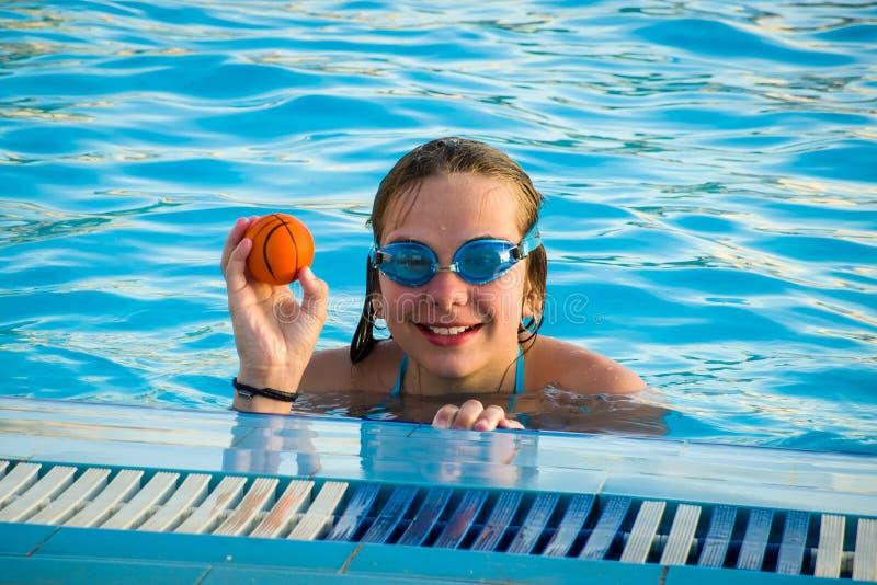 Una ragazza di dodici-anni nella piscina fotografia stock libera da diritti