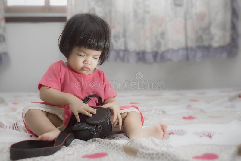 Una ragazza di due cutie che gioca nella piscina fotografia stock
