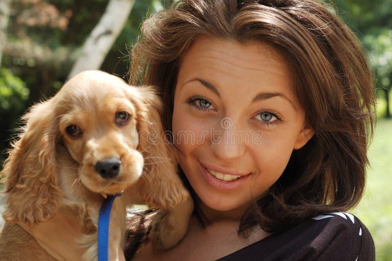 Una ragazza e un cane fotografia stock