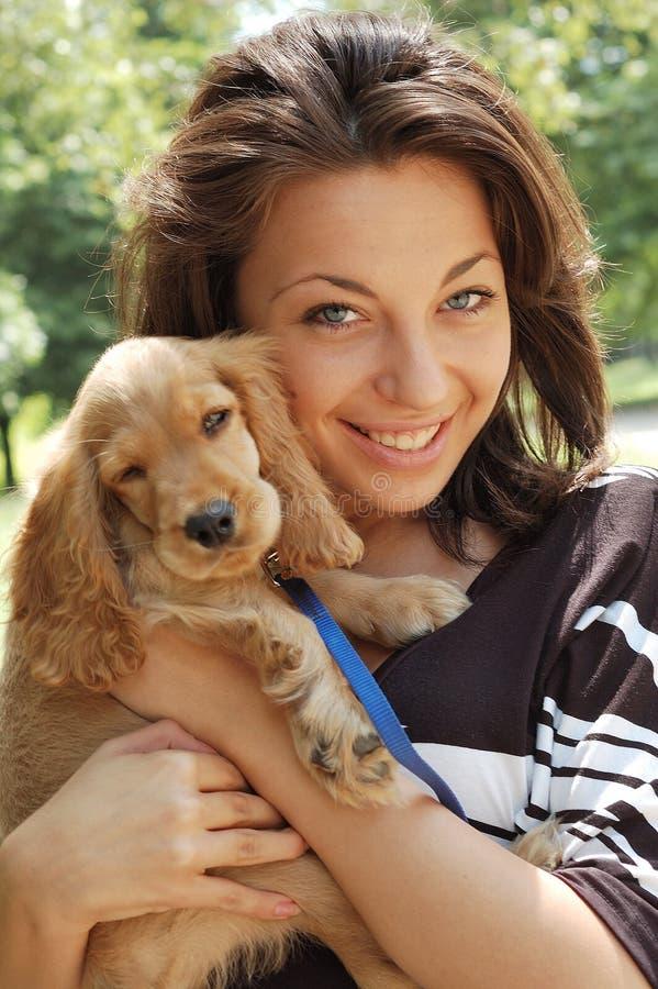 Una ragazza e un cane immagini stock