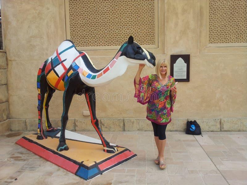 Una ragazza ed il suo cammello fotografia stock libera da diritti