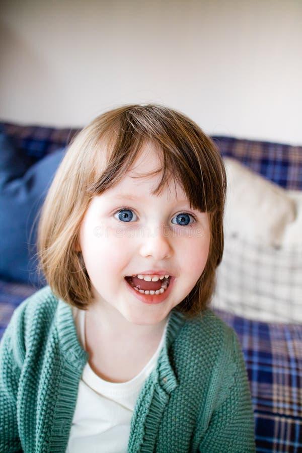 Una ragazza emozionante che sorride felicemente immagine stock