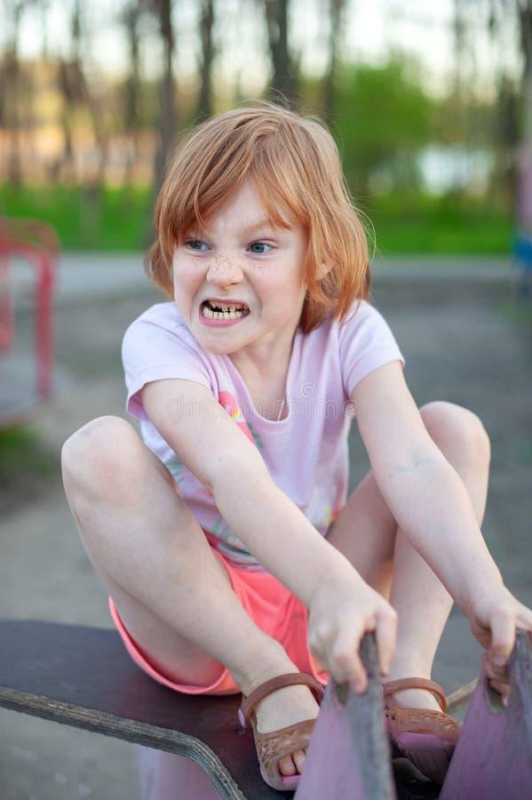Una ragazza fa un fronte diabolico fotografia stock