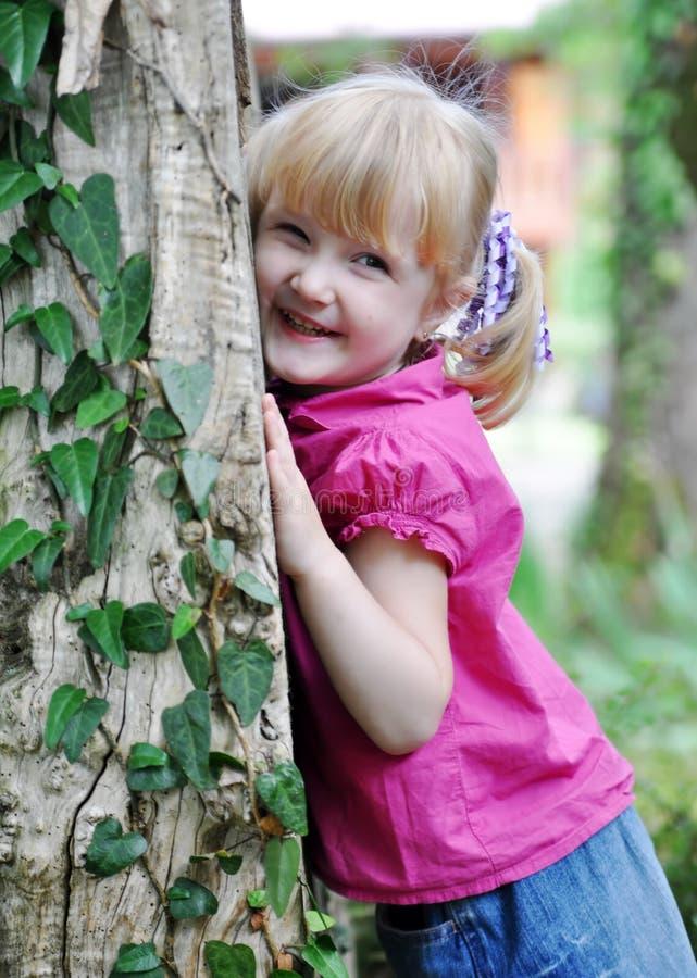 Una ragazza felice di tre anni immagini stock libere da diritti