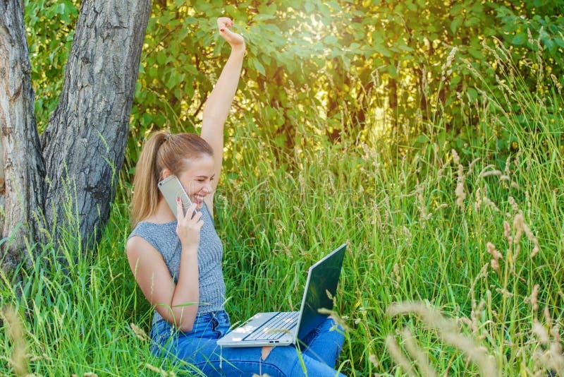 Una ragazza felice gode del suo successo nel suo affare fotografia stock libera da diritti