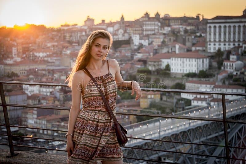 Una ragazza gode del suo tempo a Oporto immagine stock libera da diritti