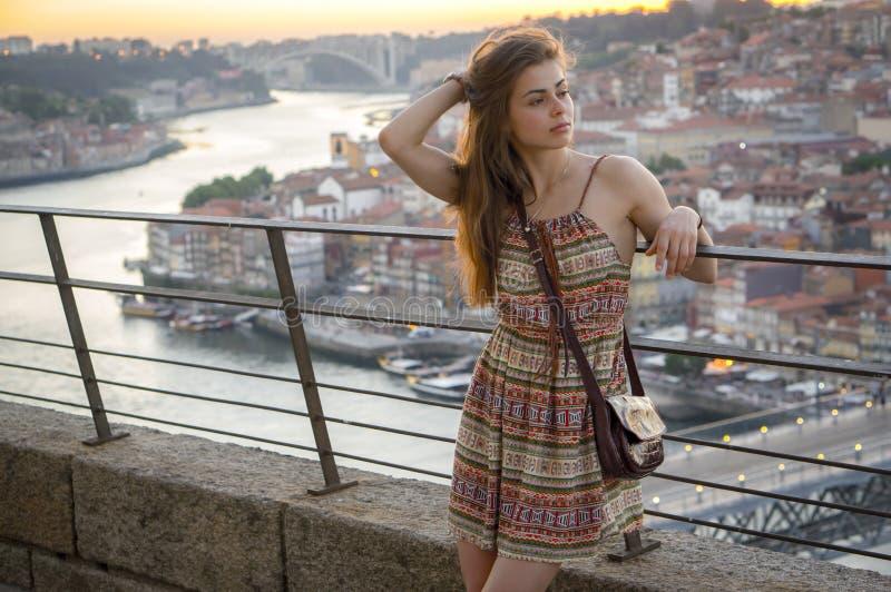 Una ragazza gode della vista su Oporto fotografia stock libera da diritti