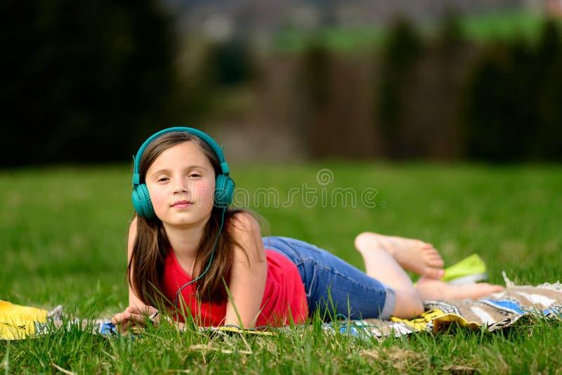 Una ragazza graziosa che ascolta la musica immagine stock libera da diritti